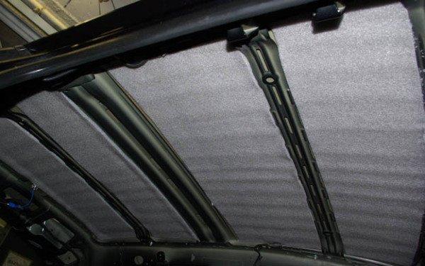Крыша опель, обработанная вибропоглотителем, а поверх него шумопоглотителем