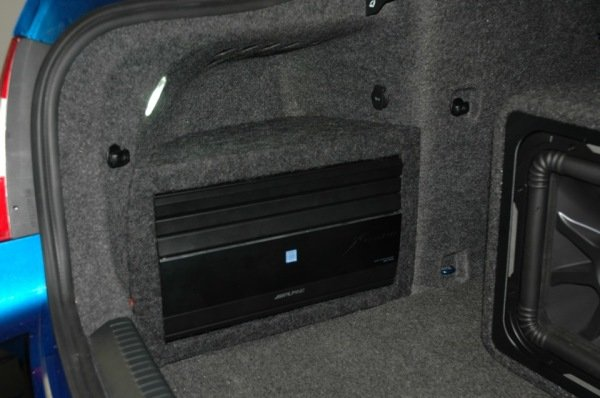 Установка сабвуфер Kicker в машине