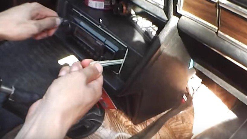Как снять магнитолу без съемников на ваз