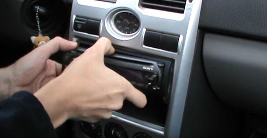 Снятие передней панели с магнитолы