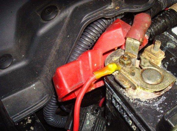 Подключение кабеля адаптера к аккумулятору