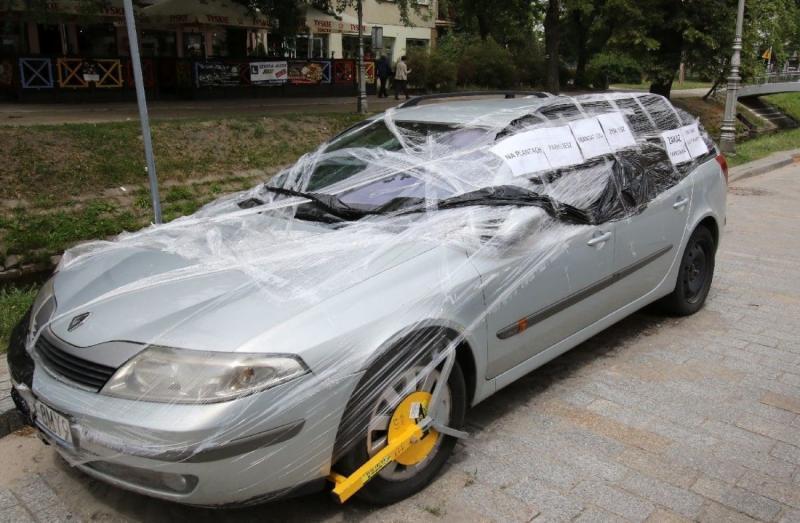 В Польше припаркованную машину обмотали пищевой плёнкой