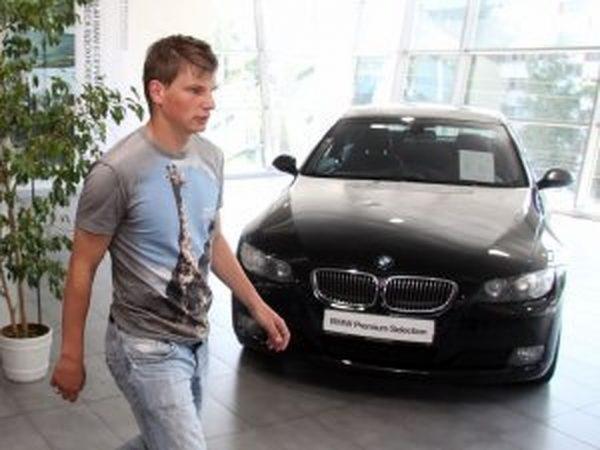 Андрей Аршавин в автосалоне