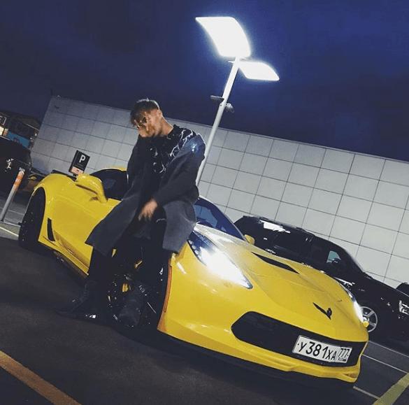 Элджей на фоне Chevrolet Corvette
