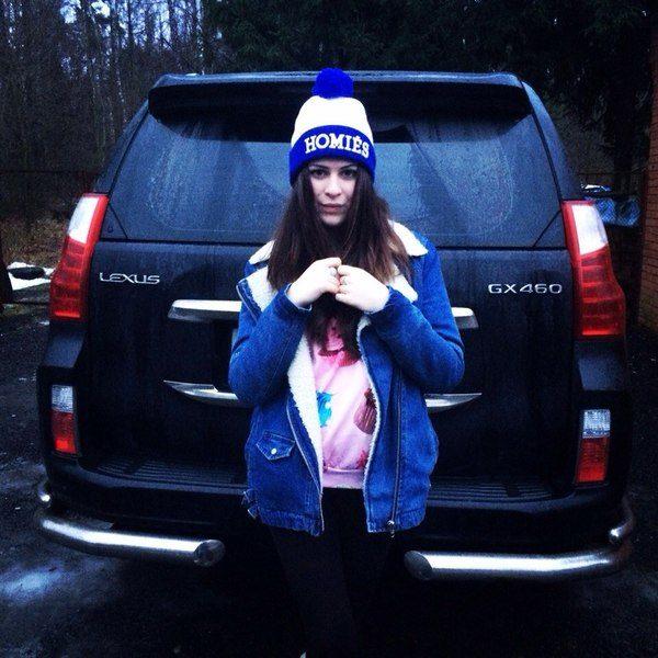 Юлия Пушман на фоне машины