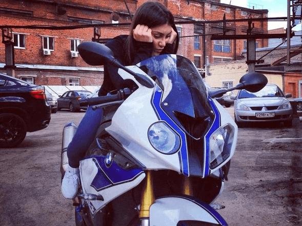 Мара Багдасарян на мотоцикле
