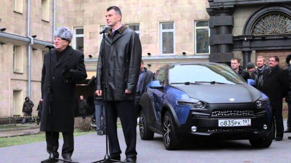 Михаил Прохоров дарит Владимиру Жириновскому Ё-мобиль