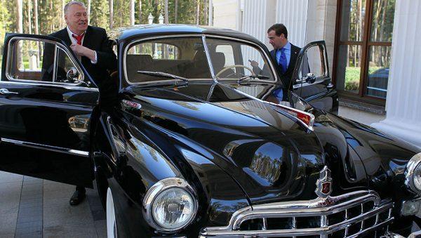 В. Жириновский и Д.Медведев у автомобиля ЗИМ (ГАЗ-12)