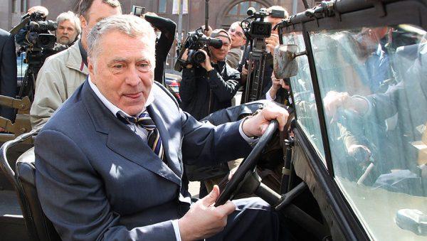 Владимир Жириновский в автомобиле ГАЗ-67Б