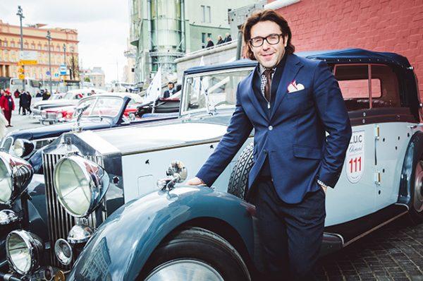 Андрей Малахов рядом с машиной