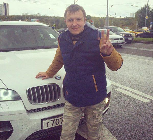 Илья Яббаров на фоне машины
