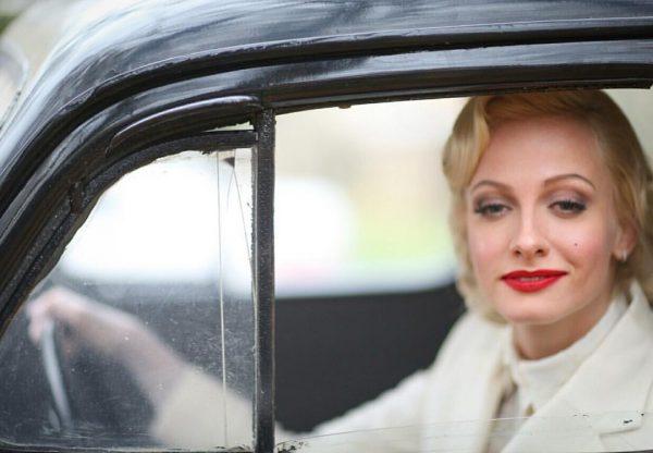 Полина Максимова в старом автомобиле