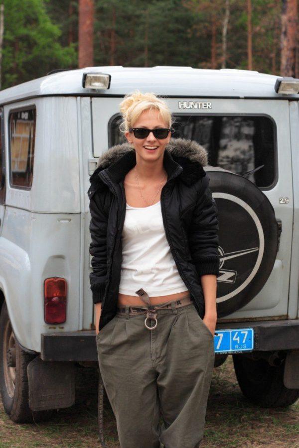 Полина Максимова рядом с УАЗом