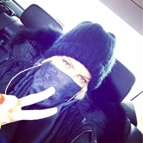 Полина Максимова на заднем сиденье автомобиля