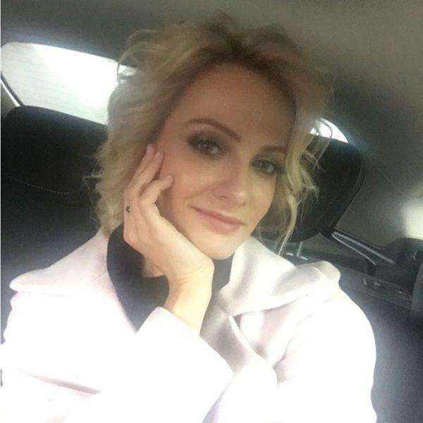 Полина Максимова в машине