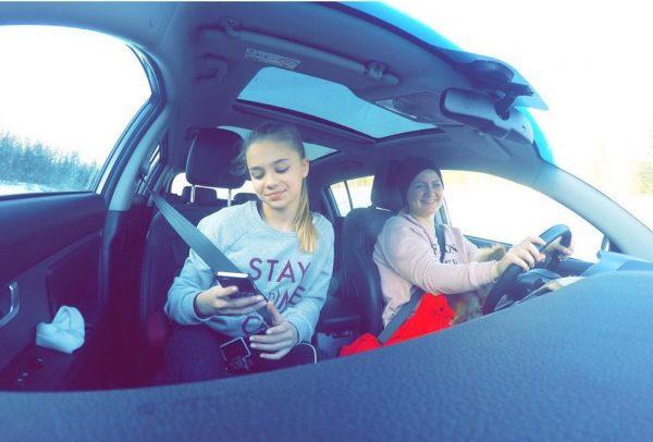 Катя Адушкина с мамой в машине