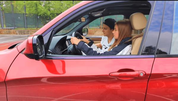 Катя Адушкина учится водить машину
