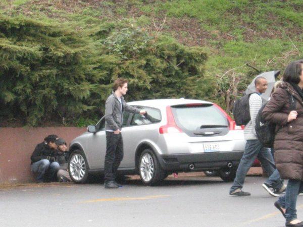 Эдвард Каллен около своего авто