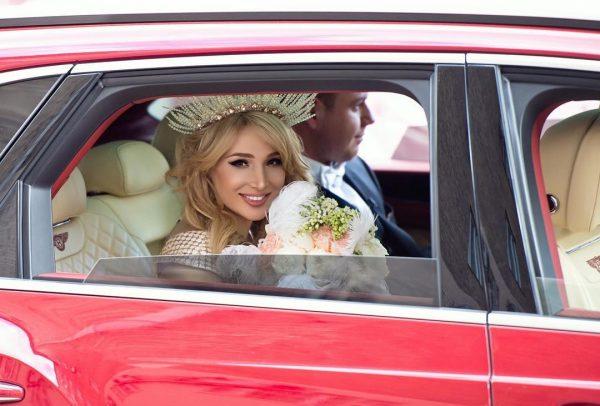 Тата Блюменкранц на свадьбе в машине