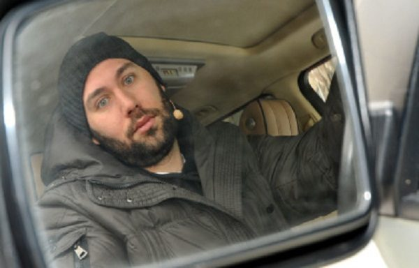 Комедийный актер в своем Land Rover