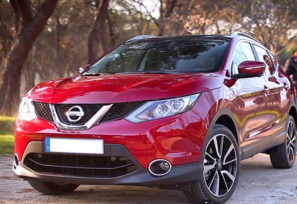 Красный Nissan Qashqai на дороге