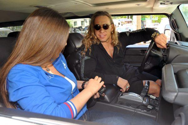 Тарзан и ведущая авторадио в машине