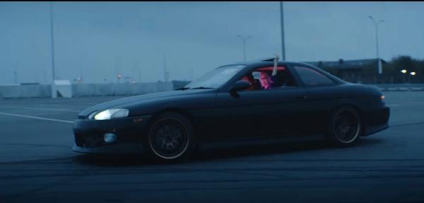 Какой автомобиль в клипе Лёши Свика «Малиновый свет»