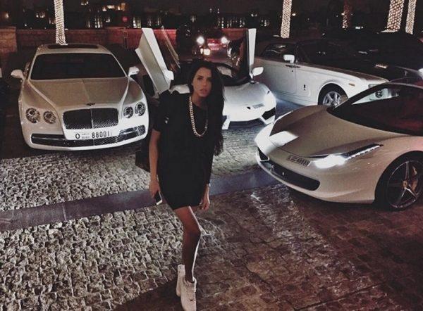 Анастасия Решетова на фоне автомобилей
