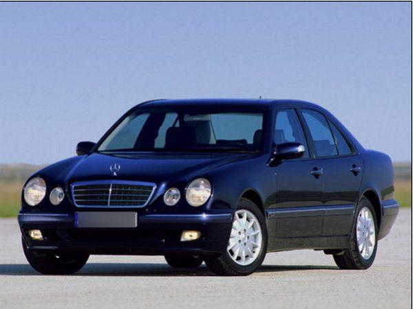 Черный Mercedes Е-класса