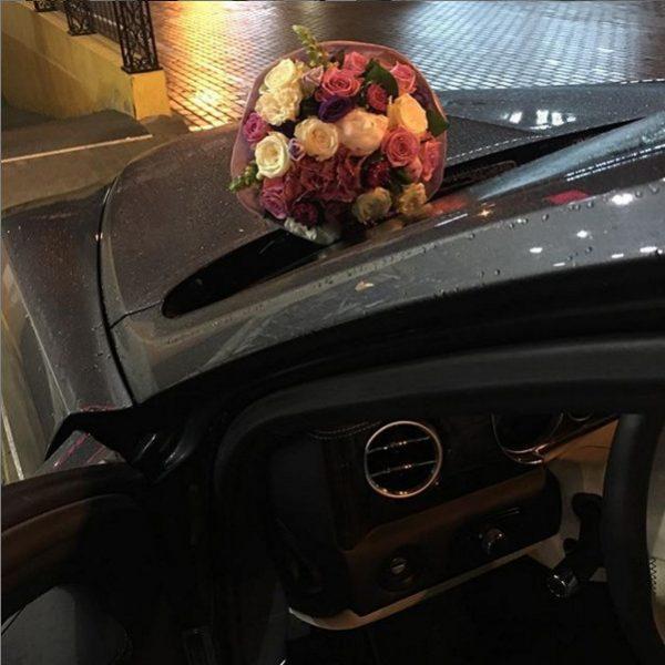 Цветы на капоте машины Ирины Салтыковой
