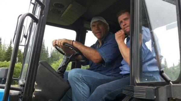 Валуев за рулем трактора