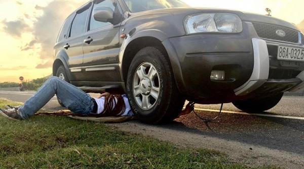 Децл под машиной ремонтирует что-то