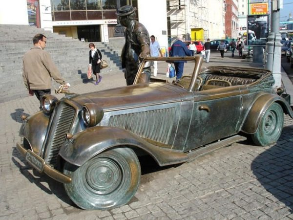 Памятник автомобилю из «Кавказской пленницы»