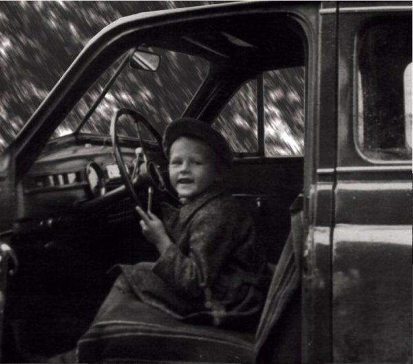 Маленький Александр Новиков в машине