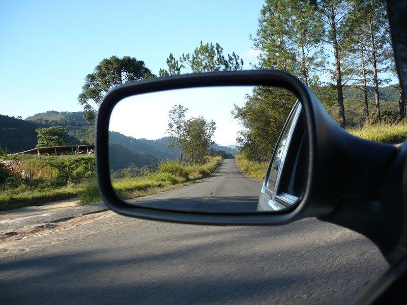 Почему на некоторых европейских автомобилях правое зеркало намного короче левого