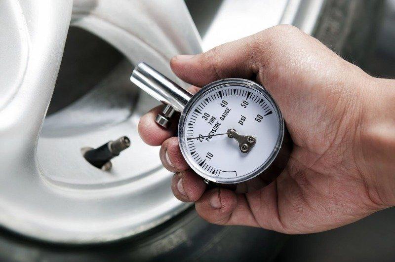 Зачем следить за давлением в шинах: какие могут быть проблемы и последствия