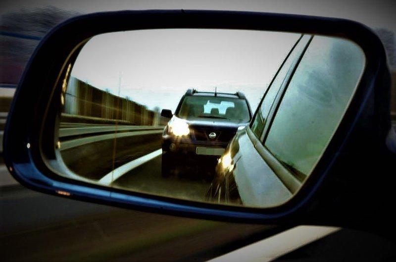Нужно ли уступать дорогу, когда водитель сзади мигает фарами