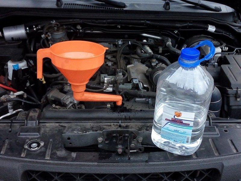 Когда стоит залить воду в систему охлаждения автомобиля