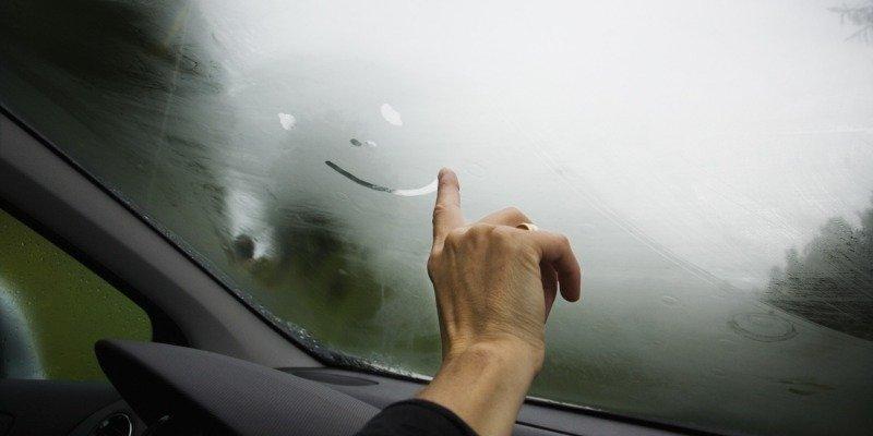 3 причины запотевания окон автомобиля при включении «печки»