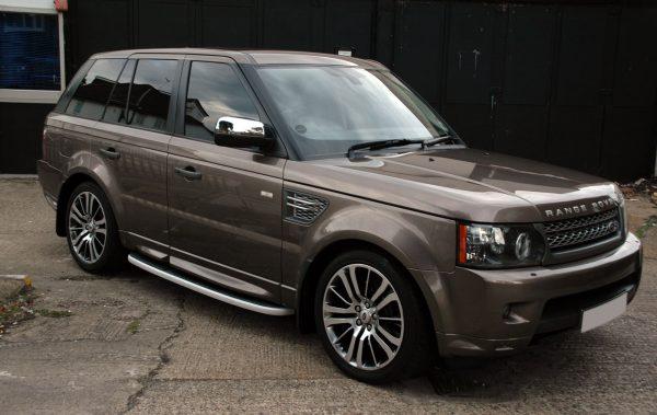 внедорожник Range Rover серо коричневого цвета