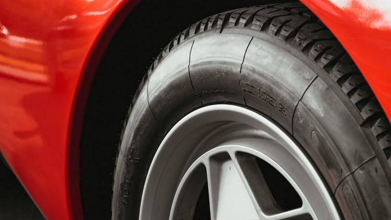 Почему не стоит выкручивать саморез, проткнувший колесо автомобиля