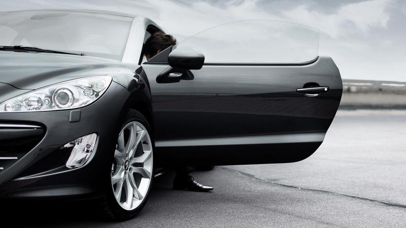 3 привычки водителей и пассажиров, которые губят двери автомобиля