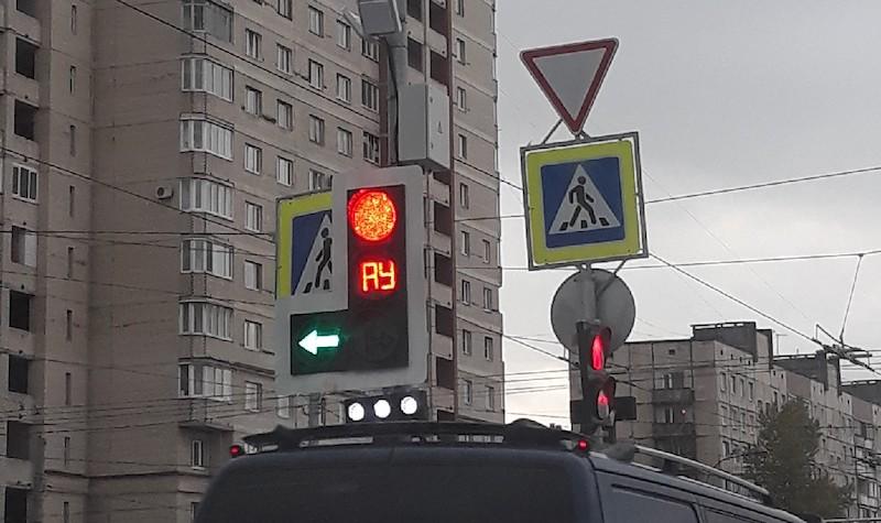 Что означает аббревиатура «АУ» вместо желтого цвета на светофоре