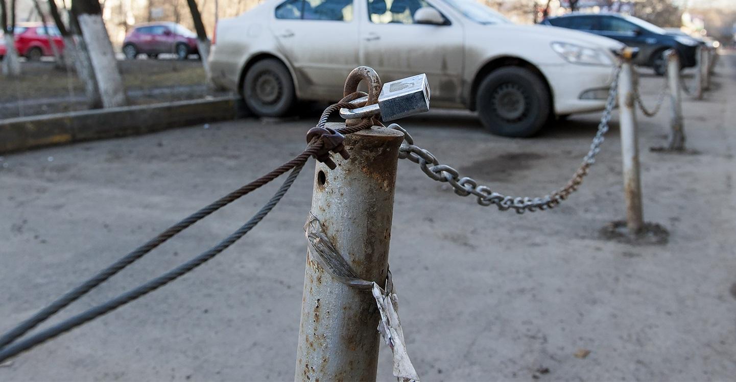 Сосед оградил парковку замком и цепью: как можно наказать, чтобы на всю жизнь ему запомнилось